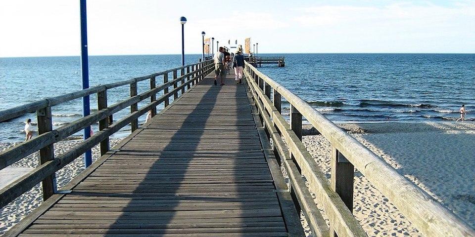Seebrücke am Strand der Ostsee in Zingst