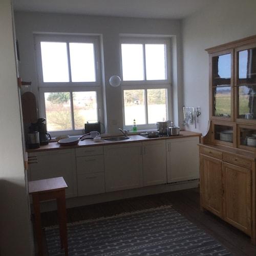 Küche mit Ausblick und Bauernschrank