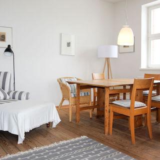 Bauerntisch und gemütlicher Sessel