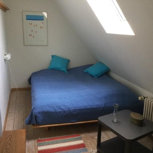Doppelbett unter Dachschräge