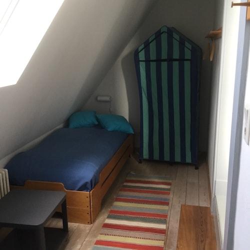 Einzelbett unter Dachschräge